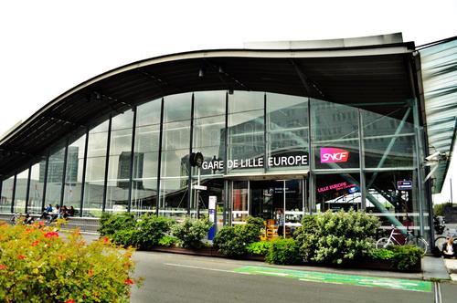 La gare de Lille Europe et la place des taxis